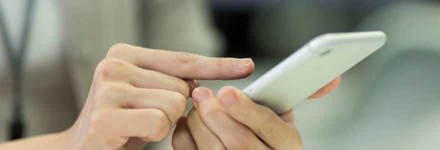 femme utilise son smartphone